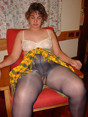 unskilful mature in pantyhose posing nude