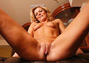 women tight pussy posing nude