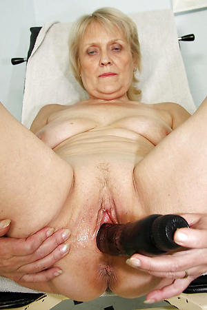 older woman masturbates amateur pics