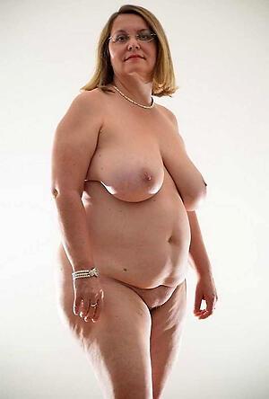 beautiful granny love posing nude