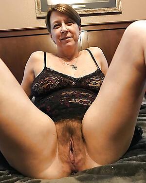 hot doyen wife posing nude